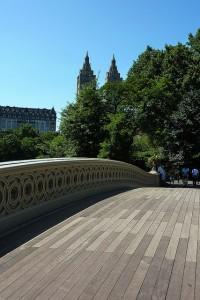 エリザベスとリースが歩く橋