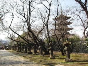 上野東照宮参道と寛永寺五重塔